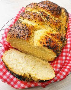 Pão Challah: depois de tanto tempo sem preparar pães, este foi uma bela surpresa. Uma receita super fácil, que não precisa de sova e que resulta em uma massa fofinha e aerada, levemente adocicada. É quase um brioche só que menos gorduroso, uma vez que... #wbd2017 #worldbreadday #worldbreadday2017