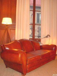"""Banquette club """"MOUSTACHE"""", beau modèle Art-Déco vers 1930, 3 places, généreux, dossier rond, tapisserie et peausserie neuves, coloris: cognac.   Possibilité d'ensemble avec fauteuils coordonnés"""