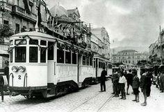 En los años veinte, Tranvías Eléctricos de Vigo ponía un vehículo a disposición de los turistas que llegaban a diario al puerto de Vigo para que pudieran realizar una excursión hasta la villa de Baiona. El conductor, en la imagen a la izquierda, portaba un uniforma especial.
