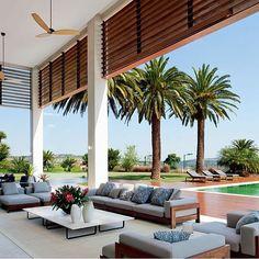 Bom domingo a todos!!!! Varanda lindaaaa, ainda mais evidenciada pelo pé direito duplo. Projeto João Armentano #house #arquitetura #architecture #cool #bomdia #goodmorning #bonjour #arquiteto #arquiteta #architect #amazing #residencia #instadaily #archdaily #archlovers #sunday #instafriends #landscape #jardim #paisagismo #instagood #decor #blogfabiarquiteta #fabiarquiteta  http://www.fabiarquiteta.com/