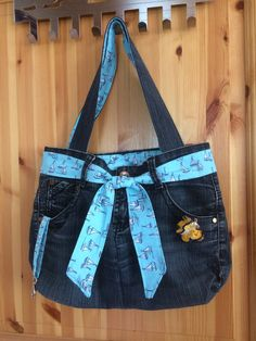 Terrific Free Stylish jeans pocket made from a former pair of jeans Suggestions I enjoy Jeans ! And even more I like to sew my own, personal Jeans. Next Jeans Sew Along I am goin Artisanats Denim, Denim Purse, Jean Crafts, Denim Crafts, Jeans Petite, Jean Diy, Blue Jean Purses, Next Jeans, Estilo Denim