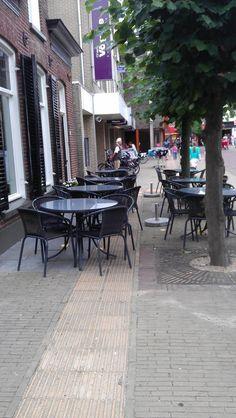 Een terras bij het nieuwe pannenkoekenhuis in Barneveld. En de geleidelijn? (juli 2013).