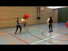 Jumppapallolla lentopalloa - YouTube Pe Games, Physical Education, Karate, Volleyball, Videos, Physics, Activities For Kids, Twins, Basketball Court
