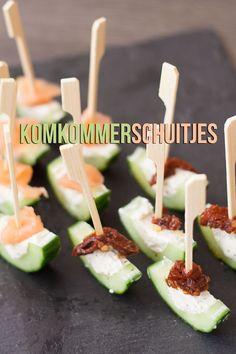 Hartige komkommerschuitjes gevuld met roomkaas, zongedroogde tomaten en zalm.  Een mooi hapje!