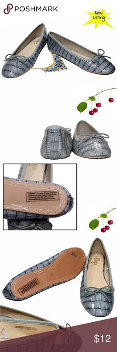 "NWT Ballet flats 2 tone grey  embossed size 8 NWT Ballet flats womens shoe size 8. They are two-tone grey and embossed. Cute! INSIDE length of shoe from toe to heel is about 9.25"". (s2) Shoes Flats & Loafers"