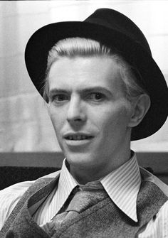 18 /France/Art Student ♦David Bowie - Sherlock - Doctor Who, and everything else awesome♠ F.G is a precious babe. Sherlock Doctor Who, David Bowie Tribute, Just Deal With It, The Thin White Duke, France Art, Ziggy Stardust, Rockn Roll, Fashion Mode, David Jones