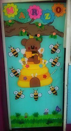 Hermosa puerta decorada para primavera, en el mes de marzo