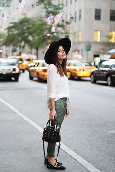 Street style - white top, green printed pants, and black accessories. Early Fall Fashion, October Fashion, Autumn Fashion, Looks Street Style, Looks Style, Date Outfits, Night Outfits, Spring Outfits, Jeans Trend