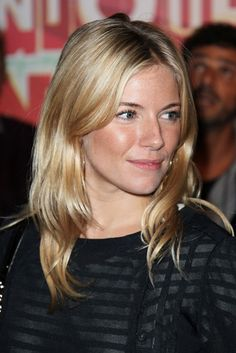 Sienna Millers bright, blonde hairstyle