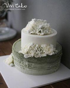 Buttercream flowercake Made by_vivicake  비비케이크 www.vivi-cake.com vivicakeclass@gmail.com . . . #플라워케이크 #버터크림플라워케이크 #비비케이크 #flowercake #koreanflowercake #koreastyleflowercake #buttercreamflowercake #koreaflowercake #vivicake #wilton #cake #baking  #花 #蛋糕 #掺糖奶油 #奶油 #奶皮 #花蛋糕 #家用模具