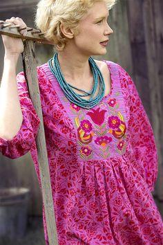 """Frühlingsmode 2013 - Das Öko-Baumwollkleid ist mit dem üppigen Rankenmuster """"Hanna"""" versehen. Es hat eine bestickte Brustpasse, Dreiviertelärmel und Seitentaschen."""