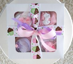 How to make a cup-cake baby gift  #diybabygift Diy Baby Gifts, Baby Shower Gifts, Baby Presents, Gift Cake, Baby Cakes, Planner Ideas, Basket Ideas, Gifts For Coworkers, Diy Stuff