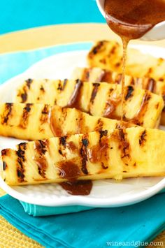 This Grilled Pineapple with Cinnamon Honey Drizzle is a perfect side dish or light dessert! Throw it on the grill after your next barbeque! Grilled Desserts, Grilled Fruit, Grilled Steak Recipes, Grilled Vegetables, Grilling Recipes, Grilling Ideas, Grilled Shrimp, Honey Drizzle Recipe, Memorial Day Foods