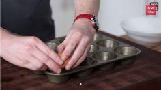 Il craque un oeuf et verse de l'eau dans un moule à muffin! Je cours à la cuisine l'essayer!
