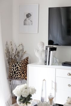 If you live in a rental home and struggle decorating it, you need to know about these removable products. From wallpaper, to flooring and backsplashes, these items will blog you away! #rentalhomedecorating #rentaldecorating #rentalapartmentdecorating #removablewallpaper #removablebacksplash #removableflooring Rental Home Decor, Rental Decorating, Home Decor Trends, Decorating Hacks, Decor Ideas, Diy Ideas, Room Ideas, Removable Backsplash, Small Lounge