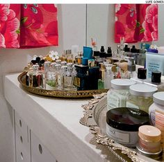 Tem muitos cremes e perfumes para guardar? Faça como a estilista Adriana Barra. Arrume-os em bandejas marroquinas como estas. Dessa forma, podem ficar sobre a bancada da pia do banheiro.