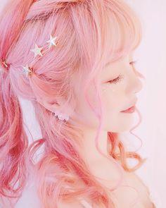 ✨ Twinkle shine little stars hair pins ✨ on We Heart It Kawaii Hairstyles, Pretty Hairstyles, Hair Inspo, Hair Inspiration, Ulzzang Hair, Hair Reference, Aesthetic Hair, Dream Hair, Pink Hair