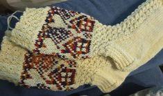Neulojat loihtivat nyt upeita mökkisukkia! Katso kuvat versioista ja poimi ideoita | Kodin Kuvalehti Wool Socks, Knitting Socks, Cute Socks, Knit Or Crochet, Fingerless Gloves, Arm Warmers, Christmas Stockings, Blanket, Fashion