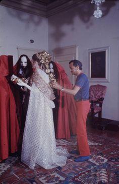 EL peluquero Alexandre retoca el aderezo de la princesa Gracia en un baile de máscaras en el Palazzo Rezzonico, Venecia en 1966.