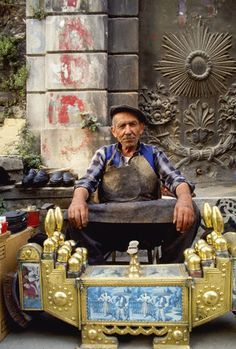 A Shoe shiner in Istanbul, Turkey We Are The World, People Around The World, Around The Worlds, Republic Of Turkey, Capadocia, Asia, Turkish People, Istanbul Turkey, Istanbul City