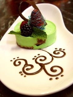 mousse de menta con biscuit de chocolate.