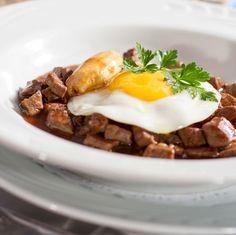 Perfeito pro almoço de domingo, Picadinho a Paulista é uma delícia! Aprenda a fazer em casa a receita do Le Vin Bistrô e arrase! Ovo, farofa e banana acompanham o prato tradicional