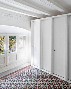 #Dormitorio #moderno #decoracion via @planreforma #baldosas #armarios #maderadiseñado por vora.arquitectura en procés | Arquitecto