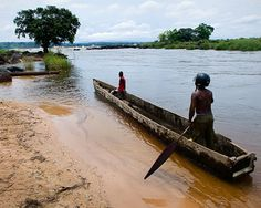 Travel in a dugout canoe on the Congo