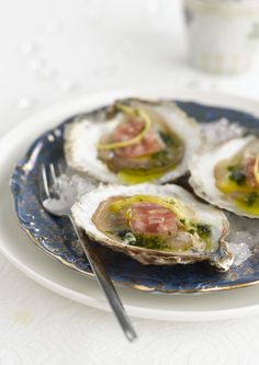 Oesters met sjalottengelei http://www.njam.tv/recepten/oesters-met-sjalottengelei
