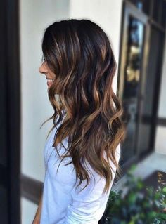 cheveux longs tombants librement, chemise blanche, coloration chocolat, balayage