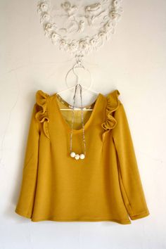 not the right color for me, but like the shoulder details and relaxed hemline Coin Couture, Couture Sewing, Hijab Fashion, Fashion Outfits, Diy Clothes, Clothes For Women, Sewing Blouses, Diy Vetement, Hijab Style