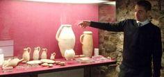 Vasos de alabastro y otros elementos expuestos en el museo arqueológico municipal