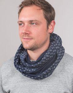 Männerschal als Loop Schal besonders einfach zu tragen. Ein cooles Accessoire mit Ankern. Handgemacht von www.steinkopf-handmade.de