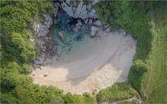 Praia de Gulpiyuri, nas Astúrias. Durante o período de baixa, a praia desaparece e só ressurge quando a água sobe - Foto: John Shackleton