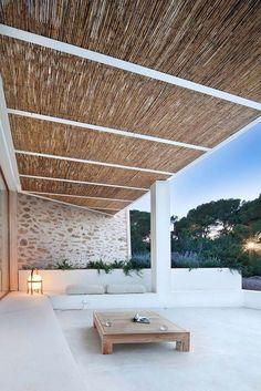 terrasse blanche et élégante avec pergola en roseau