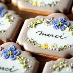 """Bon! Farine Makiko Ikeda on Instagram: """"【動画レッスンをリリースしました】  『植物の描写を楽しむ メッセージカード風アイシングクッキー』  MIROOMさんでの 動画レッスンが始まりました。  アイシングや洋菓子、カリグラフィーなど…"""" Thank You Cookies, Crazy Cookies, Cute Cookies, Easter Cookies, Birthday Cookies, Cupcake Cookies, Cupcakes, Thank You Cake, Elegant Cookies"""