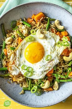 Fried rice with fried egg and cashew nuts HelloFresh - Recipe for easy wok with rice and vegetables / healthy / quick ready / few dishes # mea - Veggie Recipes, Vegetarian Recipes, Cooking Recipes, Healthy Recipes, Falafel Wrap, Healthy Diners, Lucky Food, Low Carb Brasil, Hello Fresh Recipes