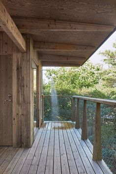 A outdoor shower on the terrace. Cabin Homes, Log Homes, Indoor Outdoor, Outdoor Living, Outdoor Decor, Timber Frame Cabin, Sauna House, Vie Simple, How To Build A Log Cabin