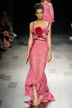 The complete Marchesa Spring 2018 Ready-to-Wear fashion show now on Vogue Runway. Pink Fashion, Fashion 2018, Fashion Week, Couture Fashion, Runway Fashion, Marchesa Fashion, Fashion Spring, Woman Fashion, Retro Fashion