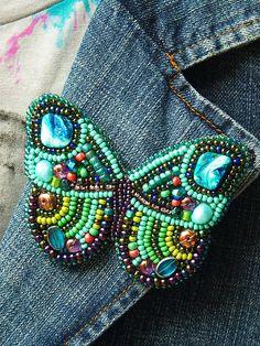 Motýlí brože.....Na přání Vám vyrobím tyto motýlkové brože v různorodých barvách...Brože jsou plně vyšité korálky,perly,barvenými říčními perly.Na zadní straně jsou spínací špendlík. Nabízí...