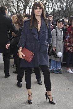 Le 2.55 de Chanel sans son matelassage caractéristique ? Un fantasme devenu réalité et déjà adopté par Caroline de Maigret. (Paris, le 8 mars 2016.)