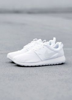 white nike roshe shoes