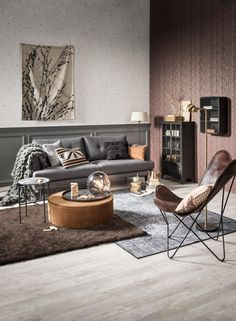 Cosy Cabin woonkamer, metalen vitrine kast, leren fauteuil | living room,  metal display case, leather chair | KARWEI 9-2017 | ..... I don't know what that little orb is on the table, but I want one.