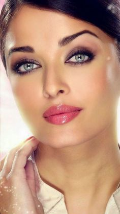 Love this glad look on miss world Aisha Rai Actress Aishwarya Rai, Aishwarya Rai Bachchan, Aishwarya Rai Makeup, Beautiful Lips, Gorgeous Women, Beautiful Clothes, Beautiful Indian Actress, Beautiful Actresses, Beauty Makeup