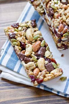 Recipes Snacks Bars Tart Cherry, Dark Chocolate and Cashew Granola Bars Healthy Granola Bars, Healthy Bars, Healthy Snacks, Healthy Cereal Bars, Healthy Recipes, Healthy Dishes, Healthy Options, Eat Healthy, Homemade Breakfast Bars