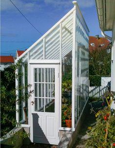 Växthus med pulpettak, ser spännande ut i formen. Förlängningen av uthuset kanske? Får rita på det, tror jag. http://www.swedengreenhouse.se bild Per-niva-2-2MG(2)_1200