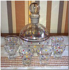 Σετ ποτού από την δεκαετία 1950's – 1960's Είναι σε καλή κατάσταση, με μικρή φθορά.  Σε χρώμα διάφανο με χρυσό διάκοσμο και πουα.  Το μπουκάλι έχει ύψος 19εκ. τα ποτηράκια 5,2εκ