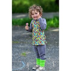 Spodnie haremki z ciepłej, szarej dresówki z zielonym ściągaczem i kieszenią przeszytą ozdobną, zieloną nitką.  Dresówka z certyfikatem GOTS: 95% bawełna organiczna, 5% elastan.