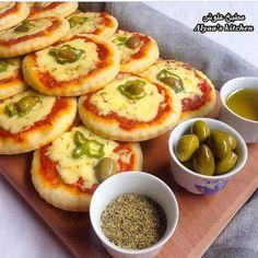 طريقة عمل ميني بيتزا عجينة الفطائر Mini Pizza Paste Pies Middle East Recipes Mini Pizza Food