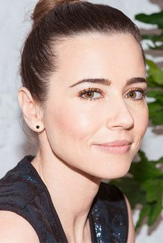Linda Cardellini on the benefits of being engaged to a makeup artist (brow maintenance anytime, anywhere) and her sometimes-natural, sometimes-not approach.